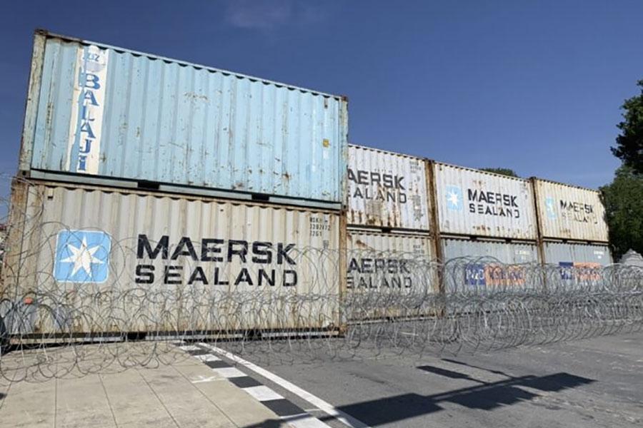 Баррикады из грузовых контейнеров и колючая проволока в Бангкоке