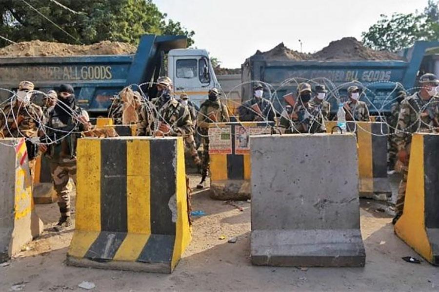 Проволока колючая и барикады в Дели