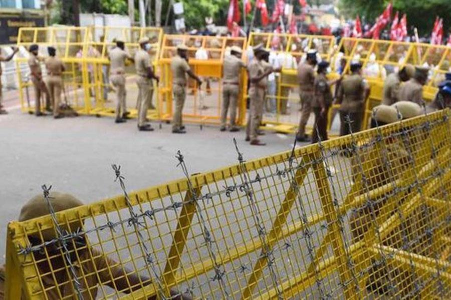 Проволока колючая и баррикады в Индии