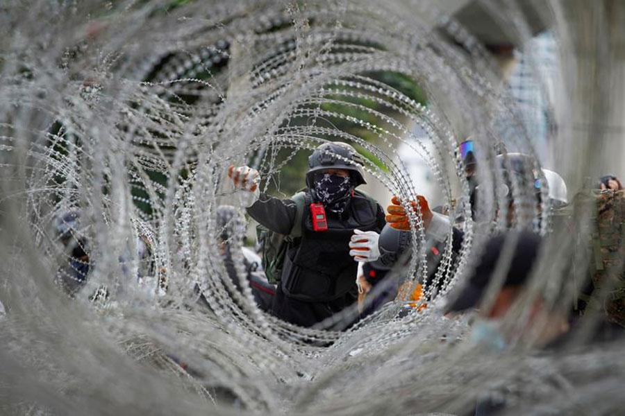 Протестующие в Бангкоке и колючая проволока Егоза