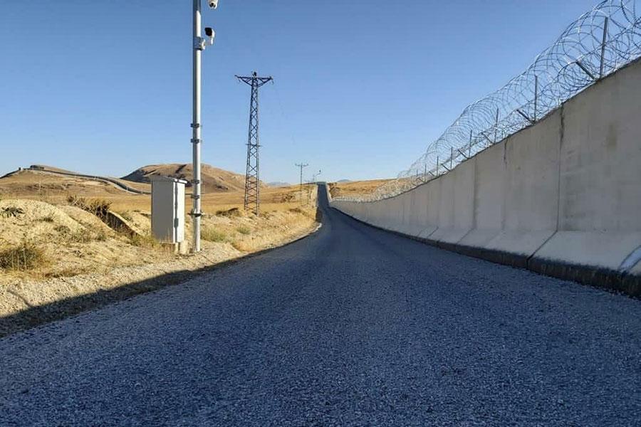 Колючая проволока и бетонный забор