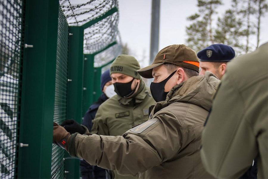 Колючая проволока на границе Эстонии с РФ