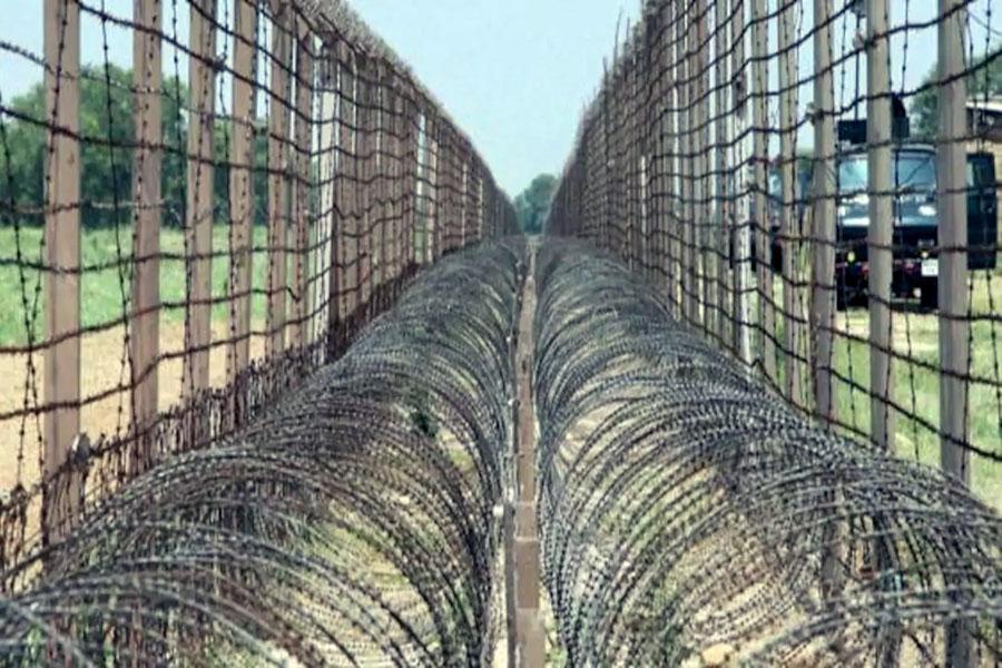 Забор из колючей проволоки на границе