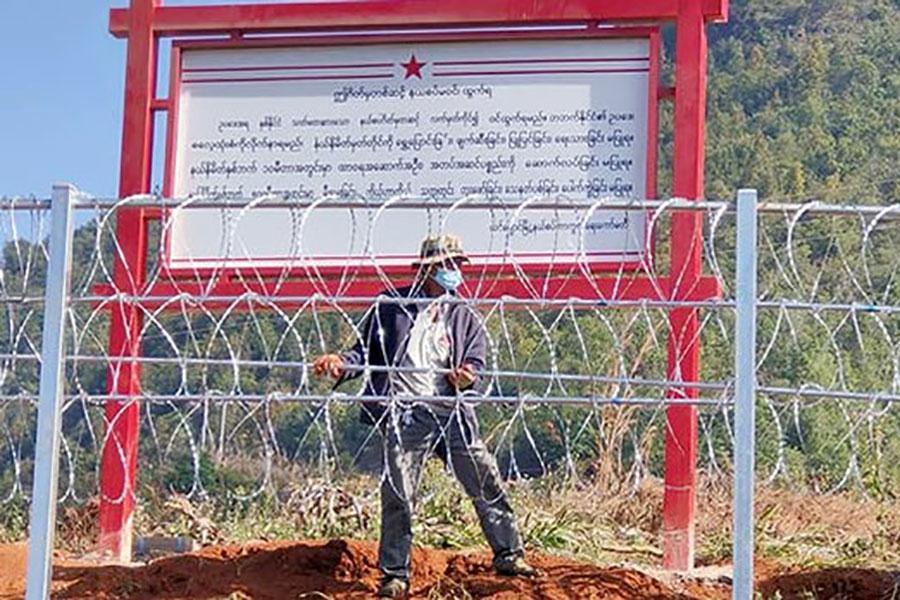 Забор с колючей проволокой вдоль границы Китая