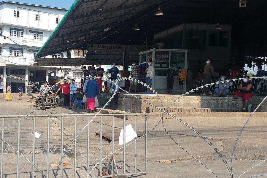 Колючий дріт і мігранти в Бангкоку