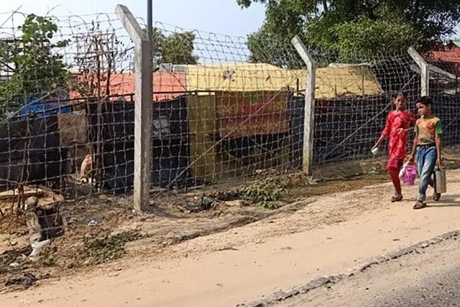 Огорожа з колючого дроту навколо табору Рохинья