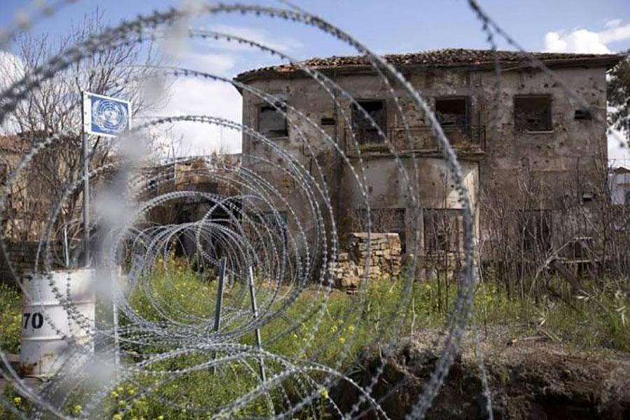 Колючий дріт та паркан на Кіпрі
