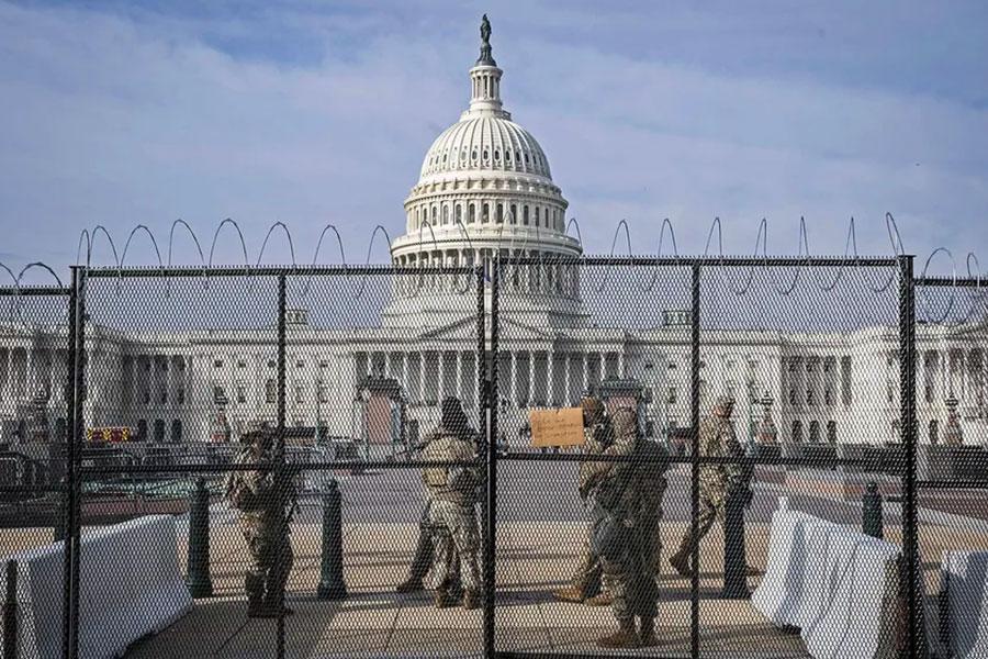 Колючая проволока и забор у Капитолия