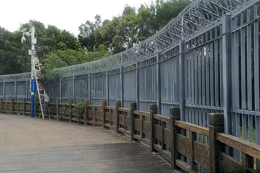 Колючий дріт та камери спостереження на китайському кордоні