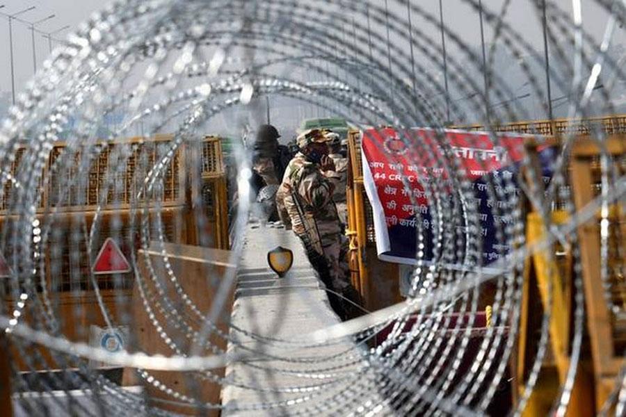 Заграждения из колючей проволоки в Дели