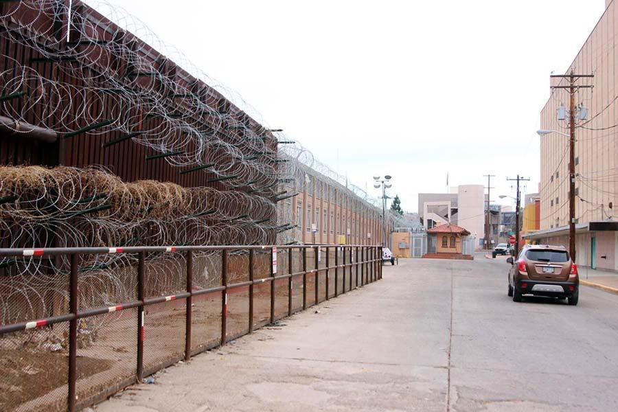 Шість рядів колючого дроту на прикордонній стіні
