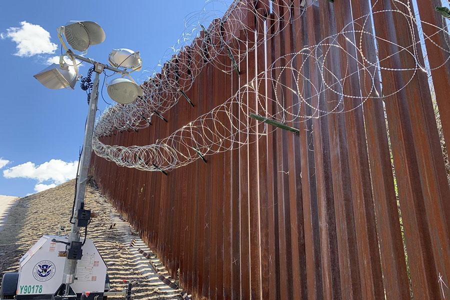 Дріт колючий на кордоні з Мексикою при Байдені