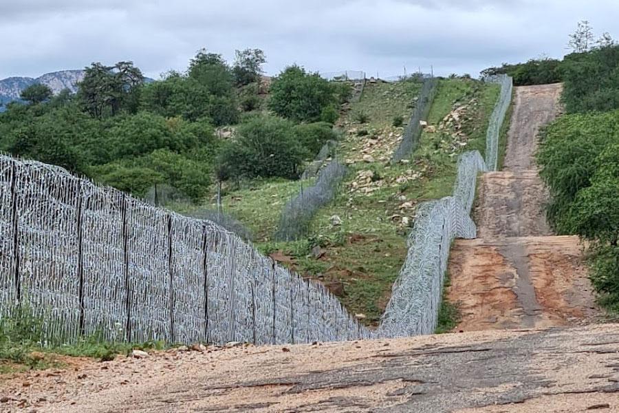 Забор из колючей проволоки и сетки в ЮАР