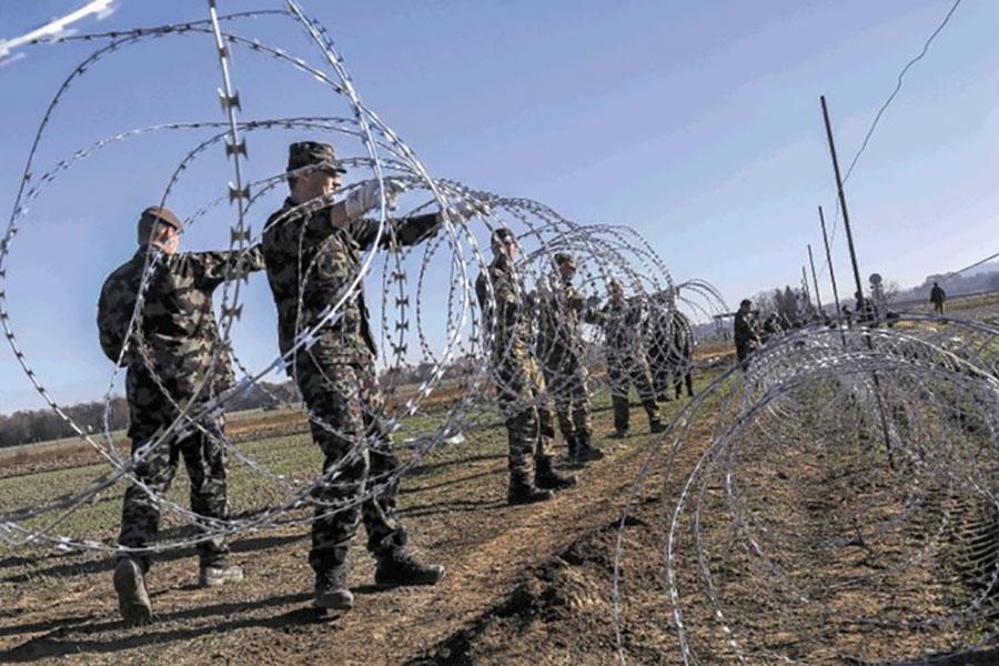 Колючая проволока на границе с Хорватией