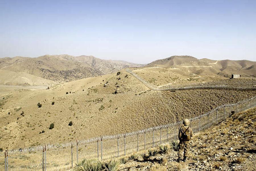 Прикордонний паркан і колючий дріт на пакистансько-афганському кордоні