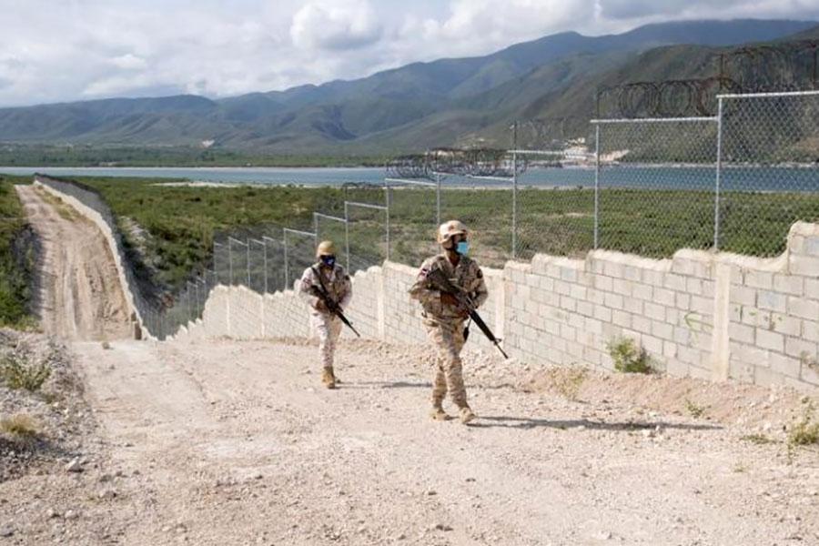 Доминикана строит забор с колючей проволокой на границе с Гаити
