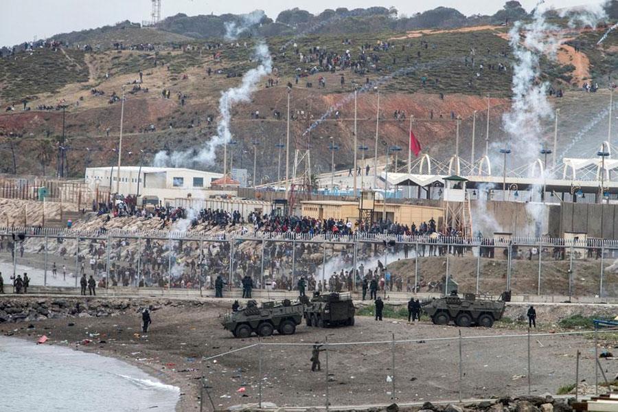 Колючая проволока не остановила мигрантов в Сеуте