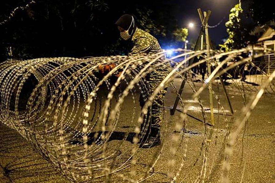 Загородження з колючого дроту в Малайзії проти Covid-19