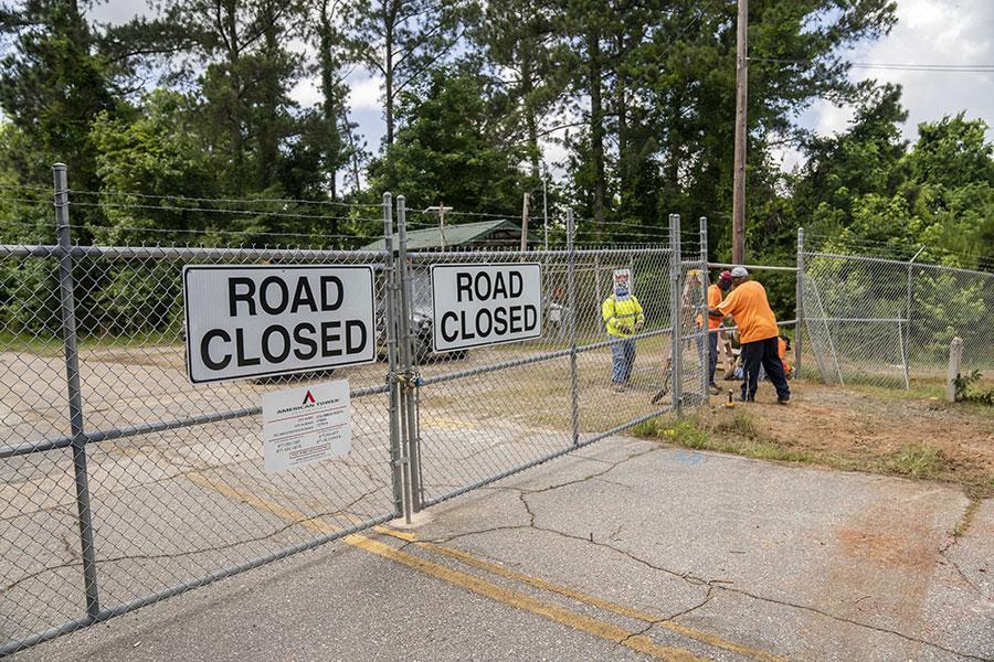 Ворота с колючей проволокой в Форт Беннинг
