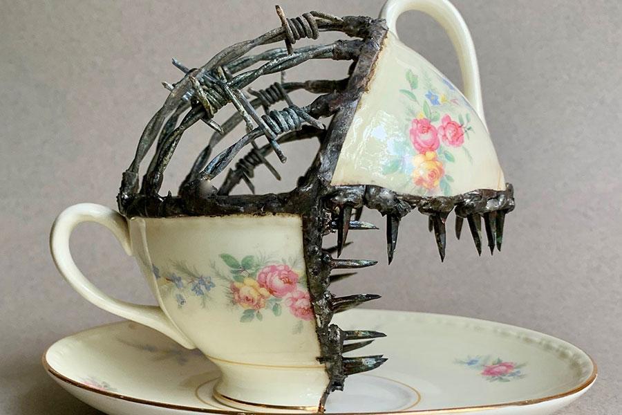 Колючая проволока и фарфоровая чашка