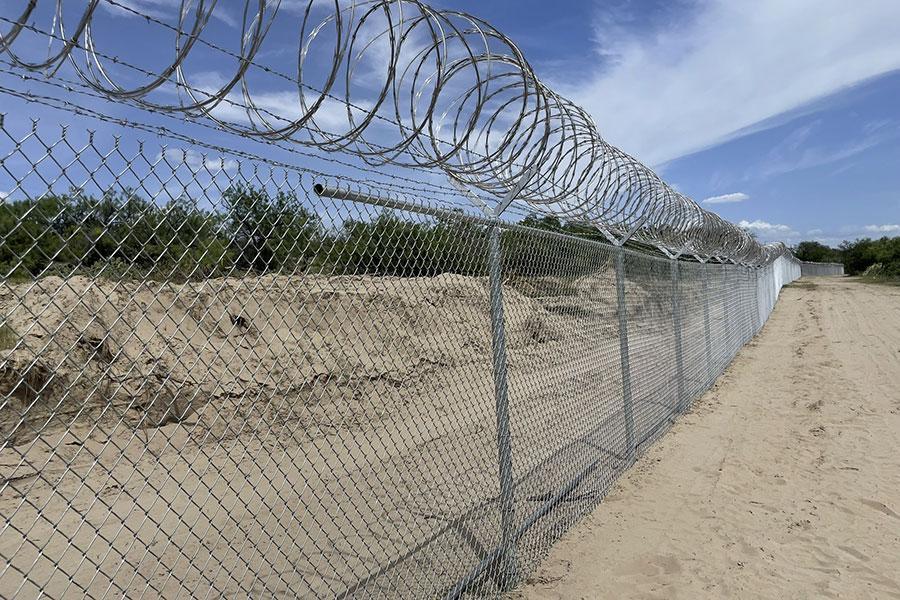 Забор с колючей проволокой на границе Техаса