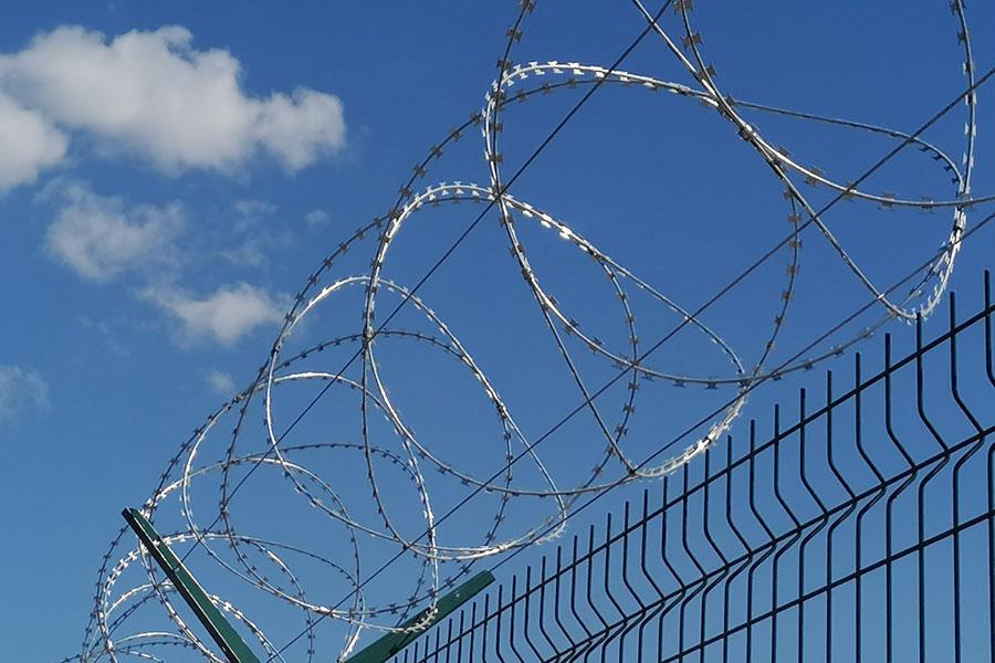 Забор с колючей проволокой