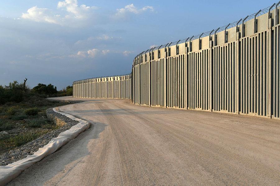 Забор с колючей проволокой на границе Греции