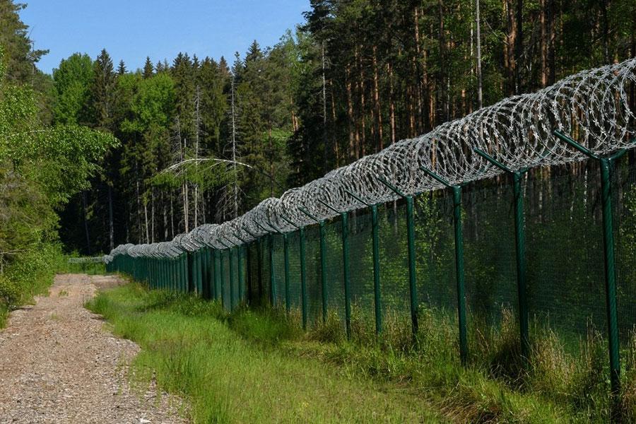 Огородження з колючим дротом в Литві