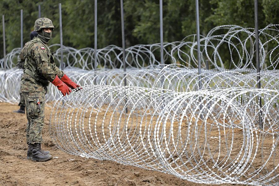 Монтаж колючей проволоки на границе Польши и Беларуси