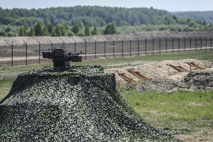 Колючая проволока и забор на границе с Россией в рамках проекта Стена